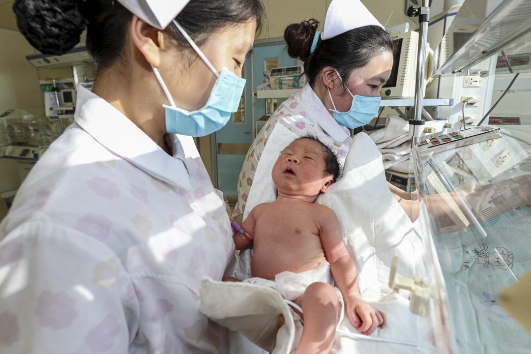 2020年1月1日,江蘇連雲港市人民醫院,兩名護士在監護室照顧一名早產嬰兒。