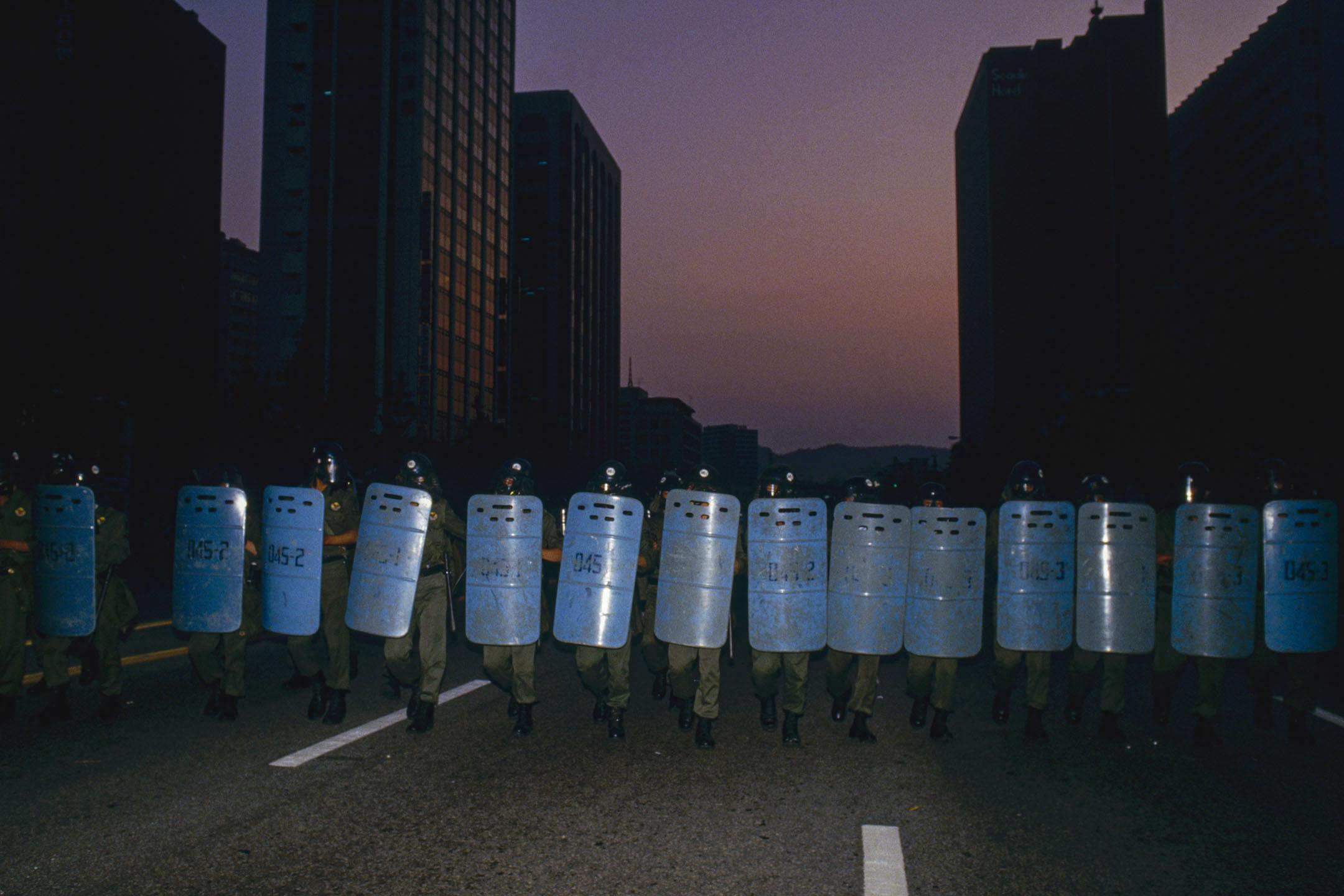 1987年6月26日,一次學生示威遊行中,韓國防暴警察走在漢城的街道上。