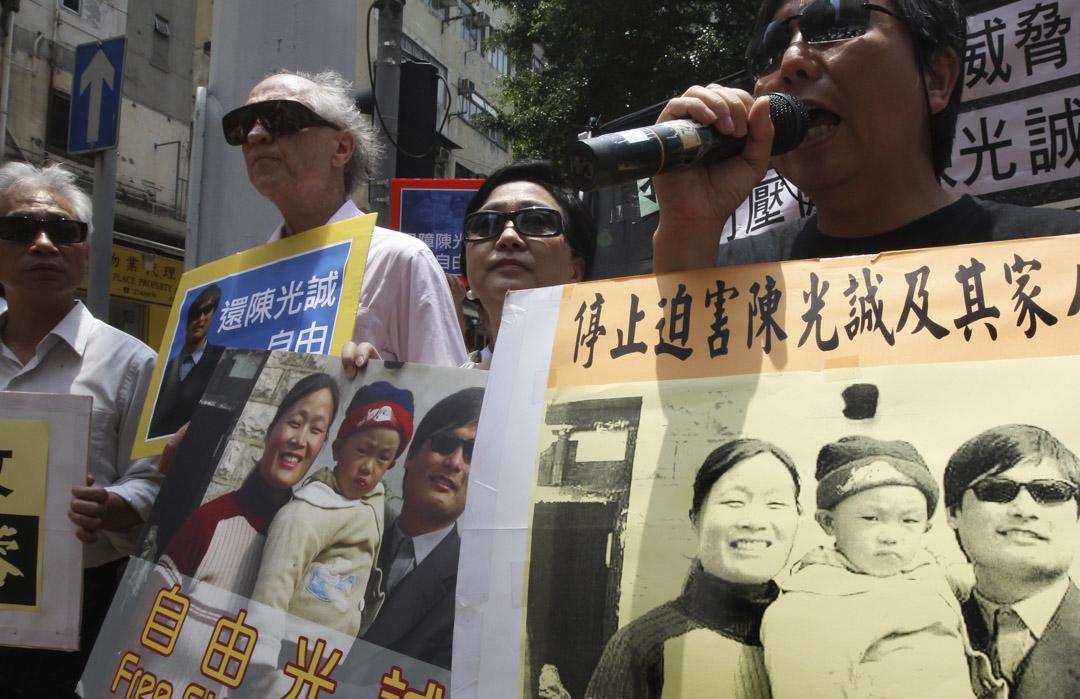 2012年5月4日,關尚義參與在中聯辦的一個爭取釋放維權律師的抗議。