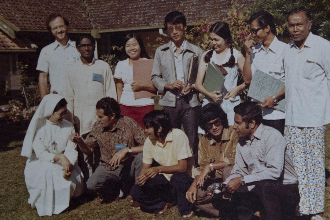 70年代,關尚義在印尼與天主教大專生開會。