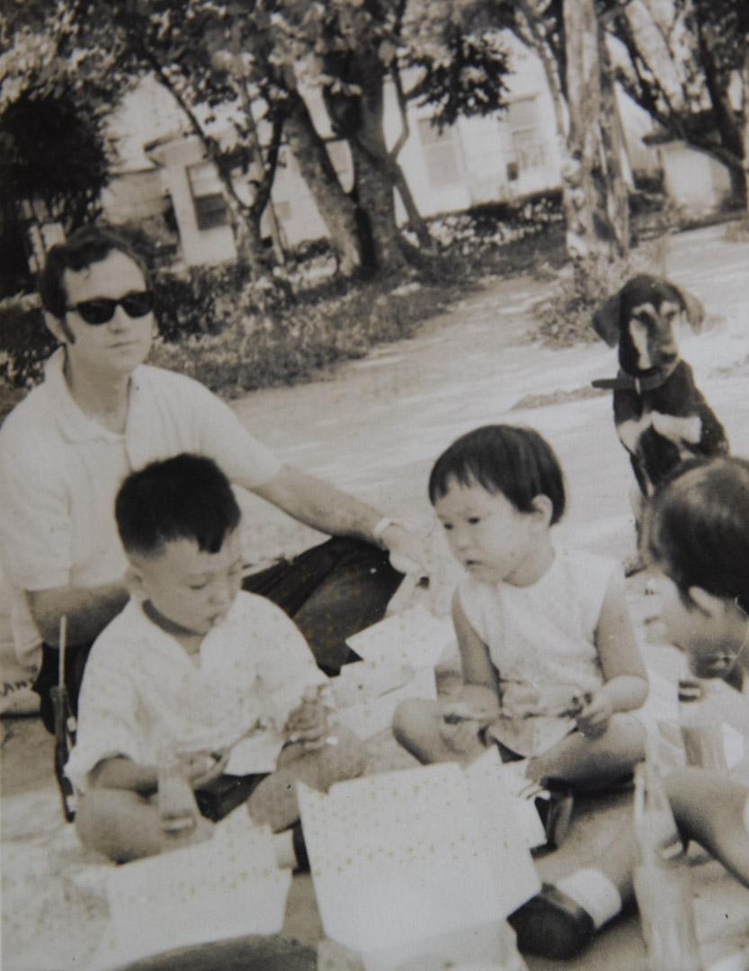 1972年,關尚義當上幼稚園的校監,與學生一起在草地上。