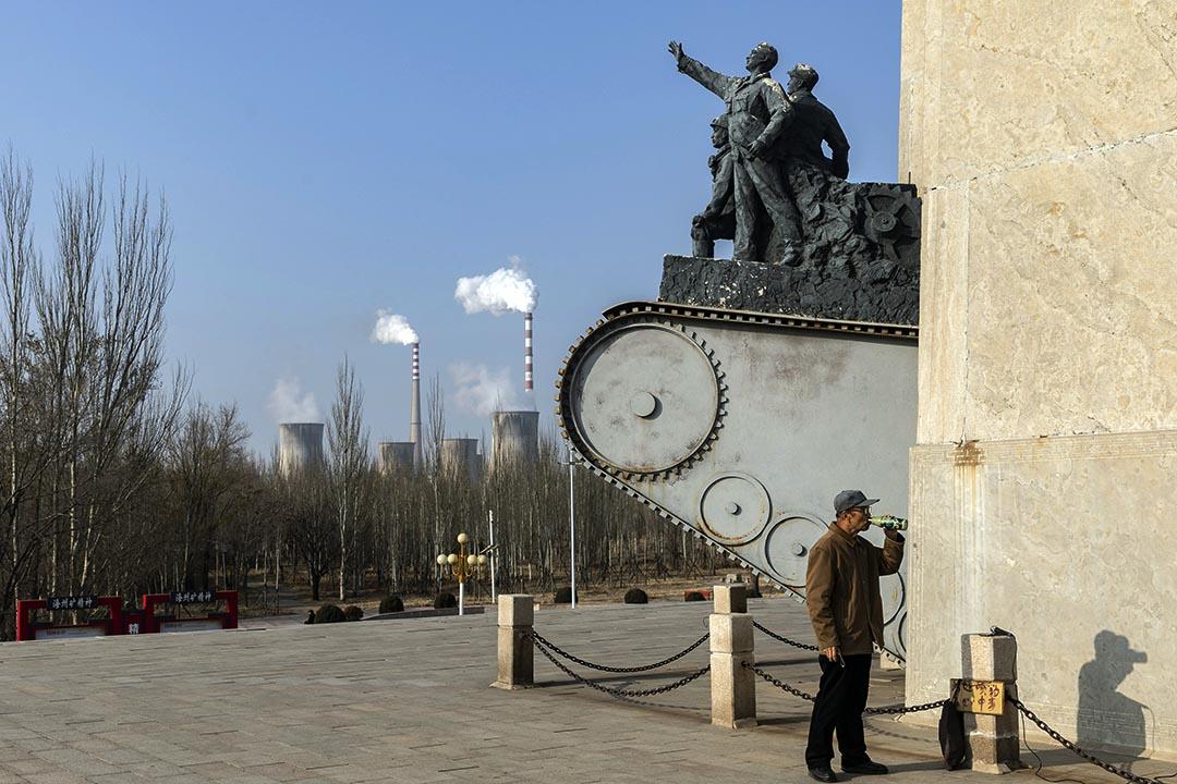 2020年11月16日中國遼寧省阜新市,一個人在一座紀念碑旁邊喝酒。共產黨領導人毛澤東曾在阜新建了煤礦。