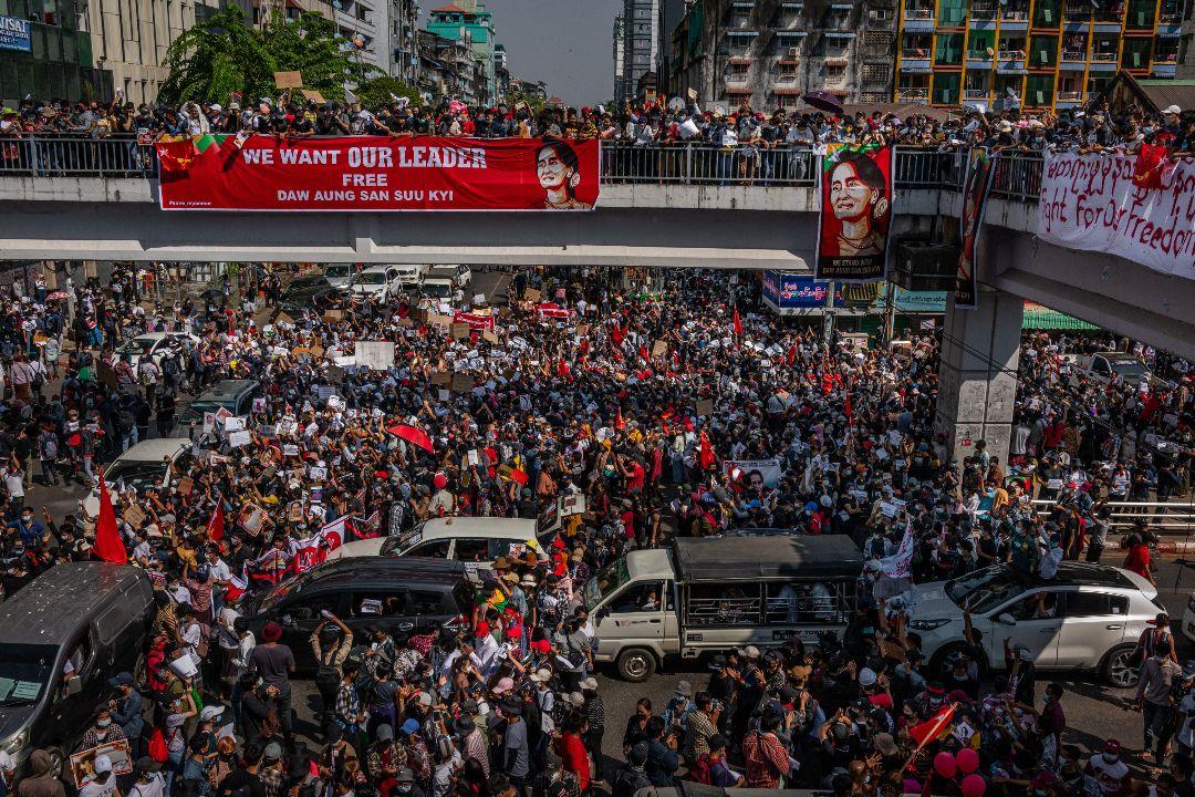 2021年2月8日,緬甸仰光,大量民眾在市中心示威抗議軍方。 攝:Getty Images