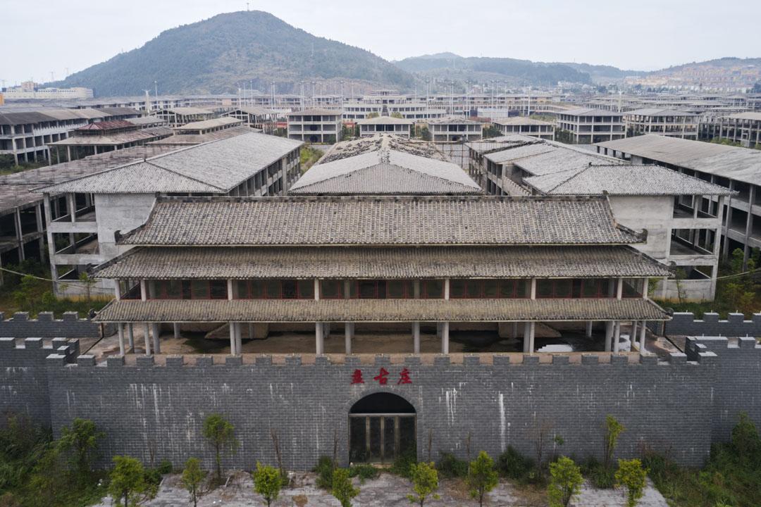 外形怪誕的「盤古莊」前身是麻萬鎮規劃的農產品集散中心,動工後經歷了從商貿城到旅遊—會展中心的多次功能變更,其實際控制人、湖南商人劉東旺已經在2020年被判刑。