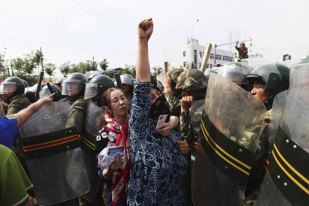 2009年7月7日,烏魯木齊的維吾爾婦女在警察前面抗議。