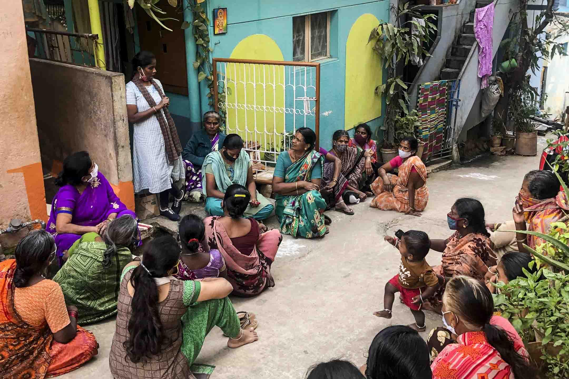 SJS的社工拉達(Radha)在和貧民窟的女工開會。 攝影:羅瑞垚