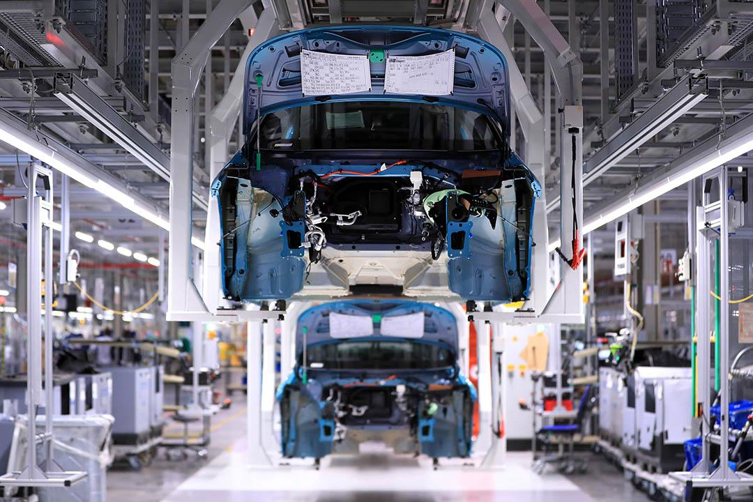 2020年2月25日,德國茲維考的汽車製造廠,裝配線上的電動汽車。 攝:Krisztian Bocsi/Bloomberg via Getty Images