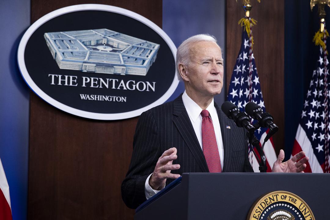2021年2月10日,拜登首次以美國總統身份視察國防部五角大樓。 攝:Michael Reynolds / EPA/Bloomberg via Getty Images