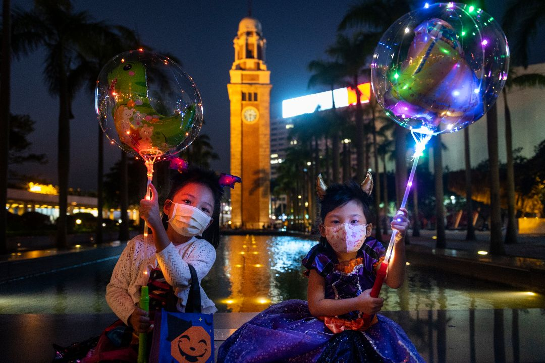 2020年10月31日,香港萬聖節,兩個兒童在鐘樓前。 攝:Miguel Candela/Getty Images