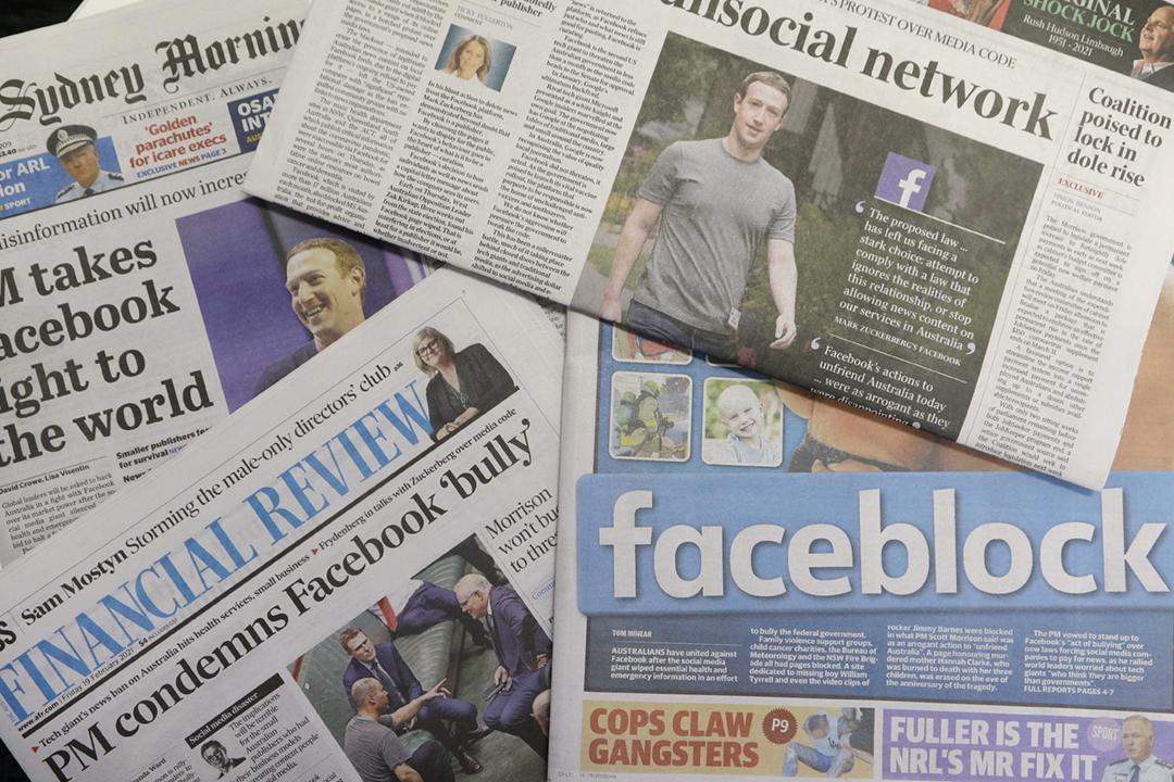 2021年2月18日,澳洲各大報章以頭版報導 Facebook 禁止當地用戶接收和分享新聞資訊。 攝:Rick Rycroft / AP