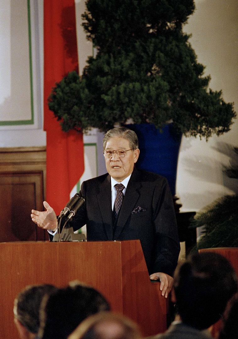 1988年2月22日,蔣經國逝世後,國民黨主席李登輝在他的第一次新聞發布會上回答問題。