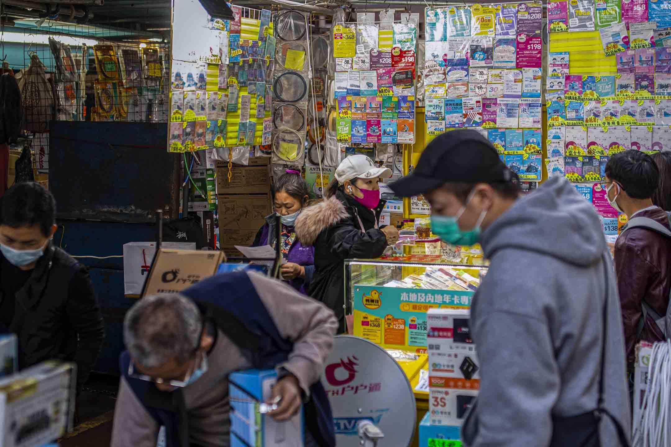 2021年2月1日深水埗,一間出售電話卡的排檔。