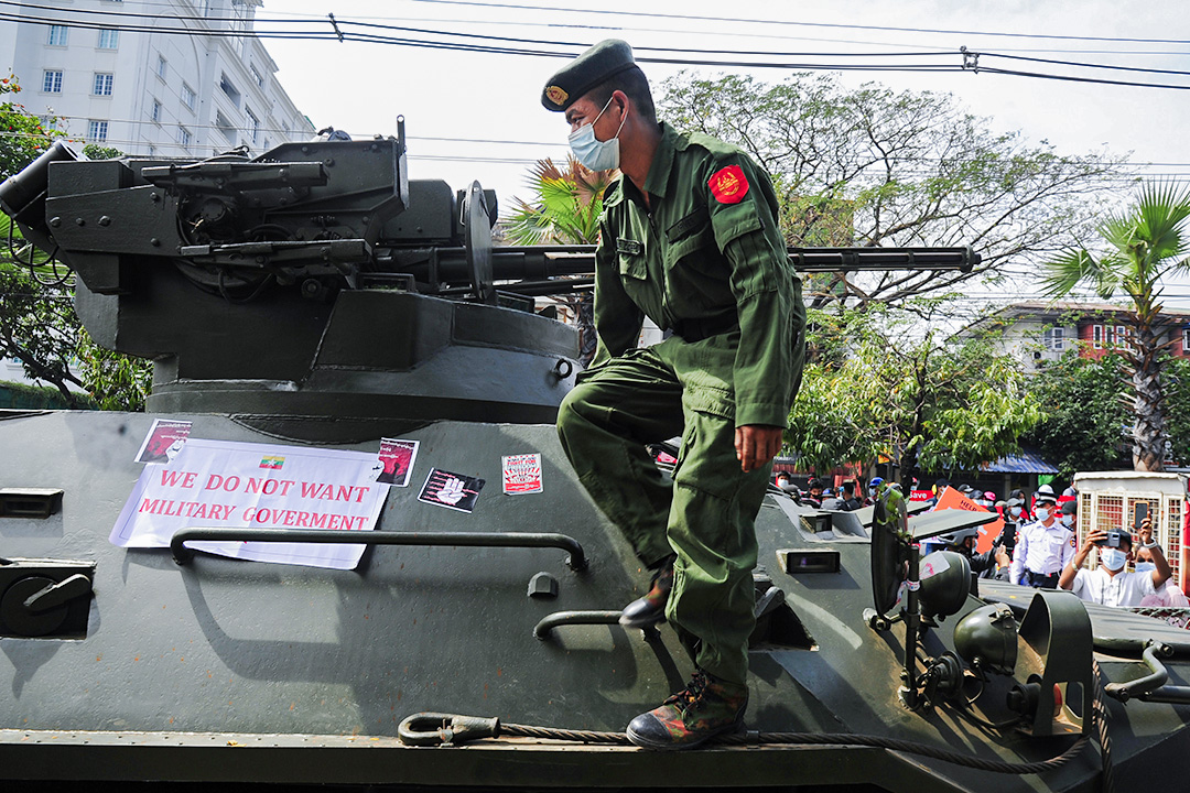 2021年2月15日緬甸仰光,人們聚集起來抗議軍事政變,一名士兵從裝甲車下車。
