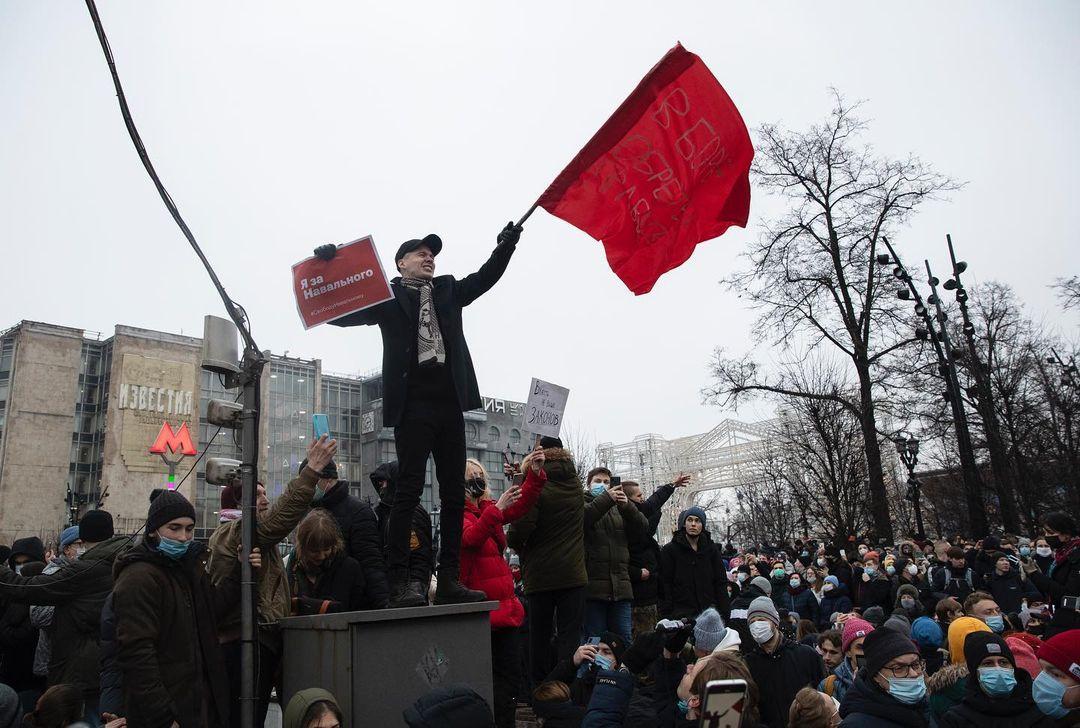 2021年1月23日,俄羅斯首都莫斯科,一名示威者揮動著一幅寫著「我支持纳瓦利」的旗幟。