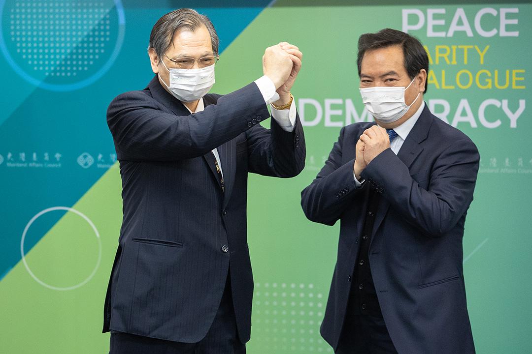 陸委會主委陳明通(左)出任國安局長。 攝:張國耀/端傳媒