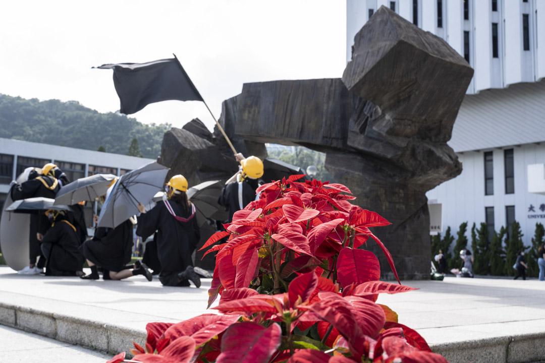2020年11月19日,中大畢業生發起在校內遊行紀念去年的反修例社會運動、關注12名被內地扣押港人等。 攝:林振東/端傳媒