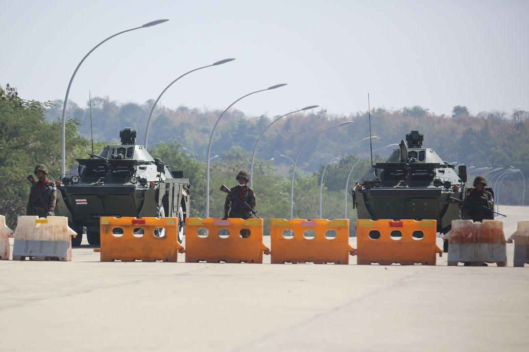 2021年2月1日下午,緬甸內比都,軍隊坦克和警車封鎖議會附近道路。 攝:Getty Images