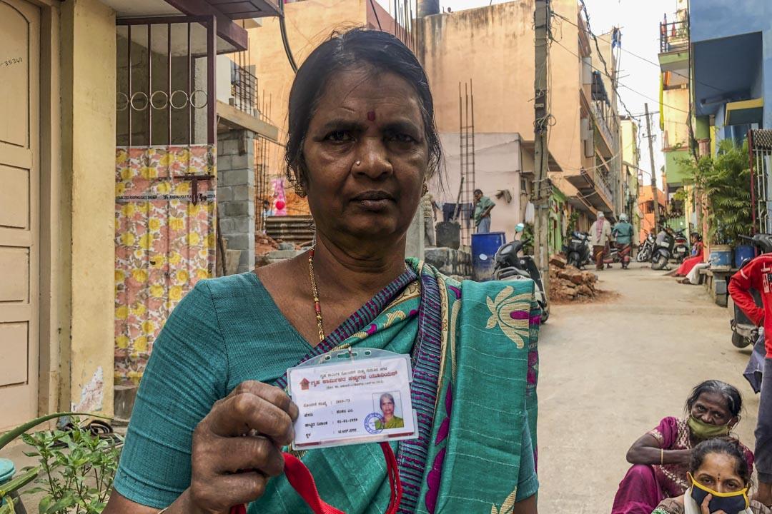 家政工沙拉達瑪從政府領導的勞工卡。