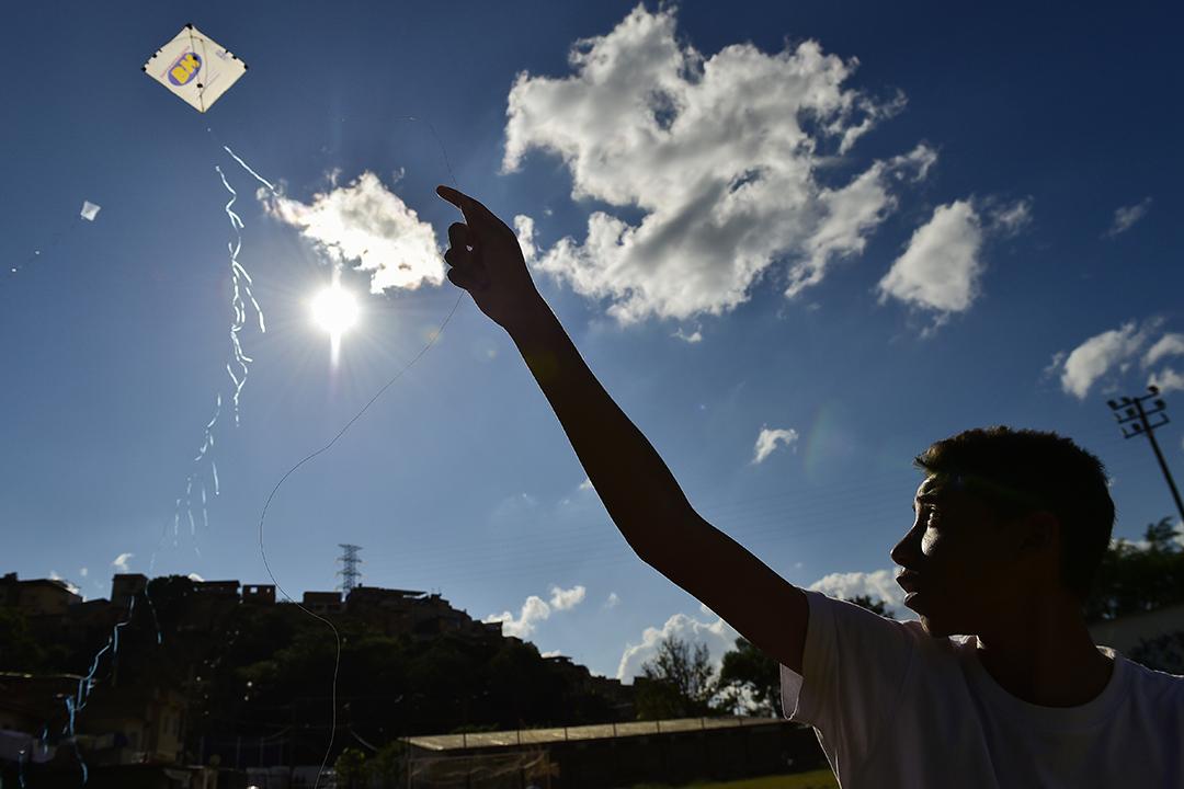 2020年5月17日巴西貝洛奧里藏特,一個男孩在貧民窟放風箏。