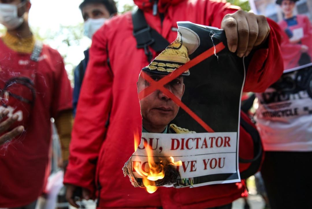 2021年2月3日,有聲援緬甸的泰國群眾到曼谷聯合國辦公大樓外,焚燒緬甸國防軍總司令敏昂萊肖像,抗議緬甸軍方發動政變。