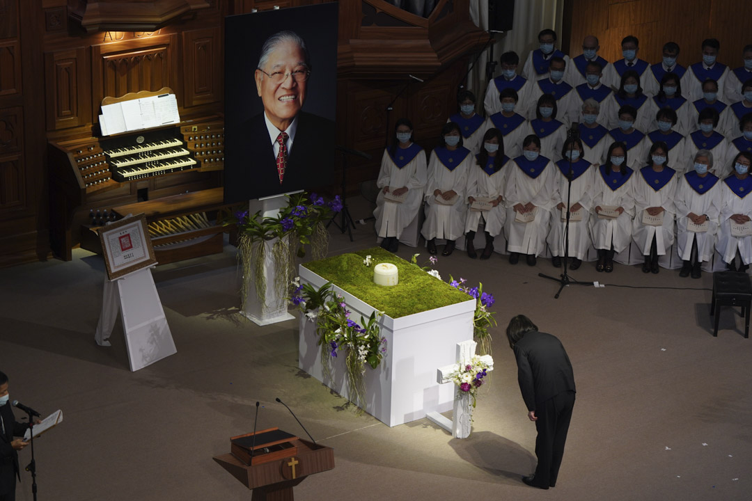 2020年9月19日,台灣總統蔡英文在已故前總統李登輝舉行的追悼會上鞠躬。