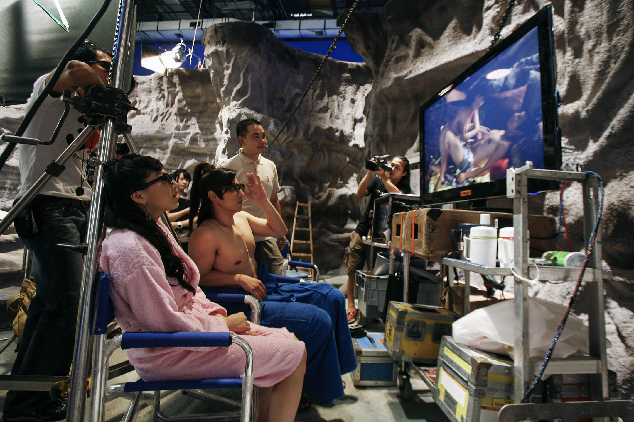 2010年8月13日香港,色情片的演員戴著3D眼鏡觀看製作過程中的重播影片。 攝:Bobby Yip/Reuters/達志影像