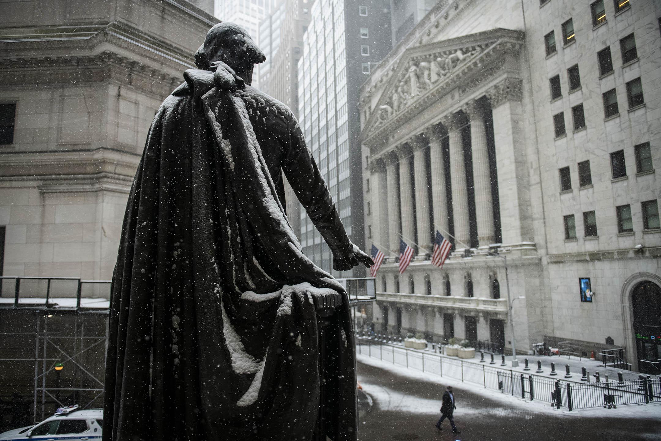 2021年2月18日美國紐約,喬治華盛頓雕像在紐約證券交易所前。