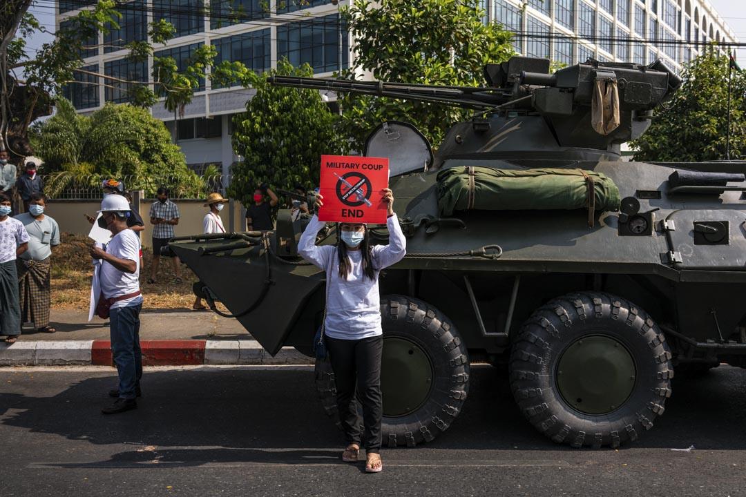 2021年2月15日,緬甸仰光,一名示威者在坦克車前抗議。