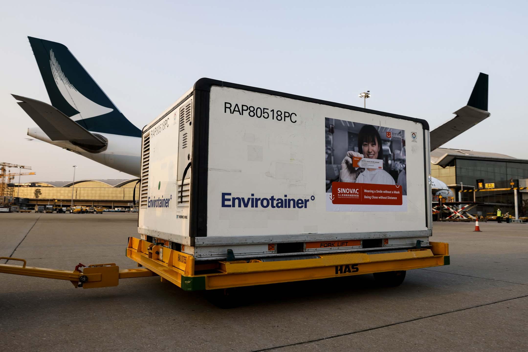 2021年2月19日香港國際機場,國泰航空飛機運送了首批2019冠狀病毒疫苗抵港。 攝:Tyrone Siu/Reuters/達志影像
