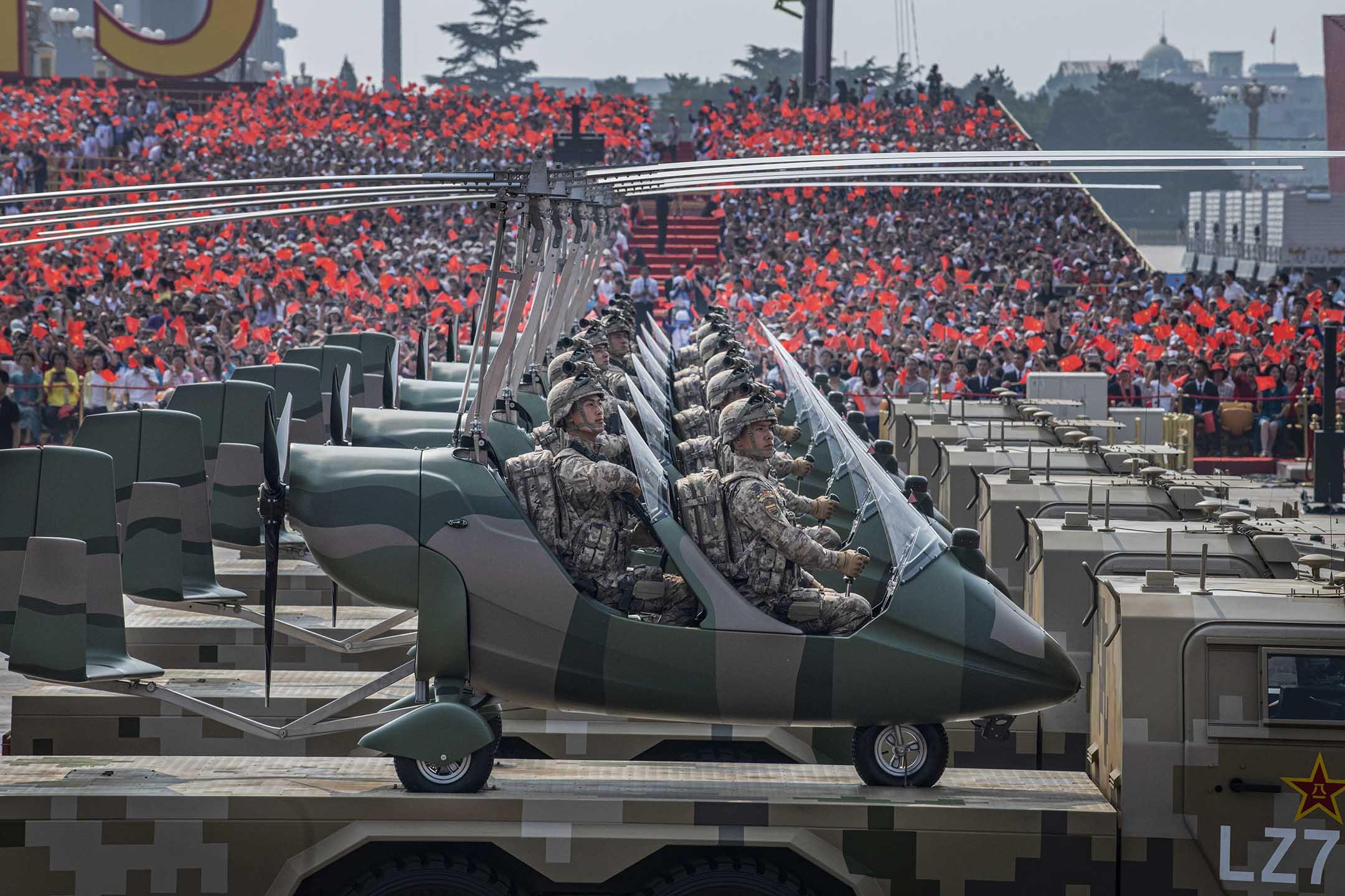 2019年10月1日北京天安門廣場 ,中國士兵坐在直升機上,慶祝中華人民共和國成立70週年。