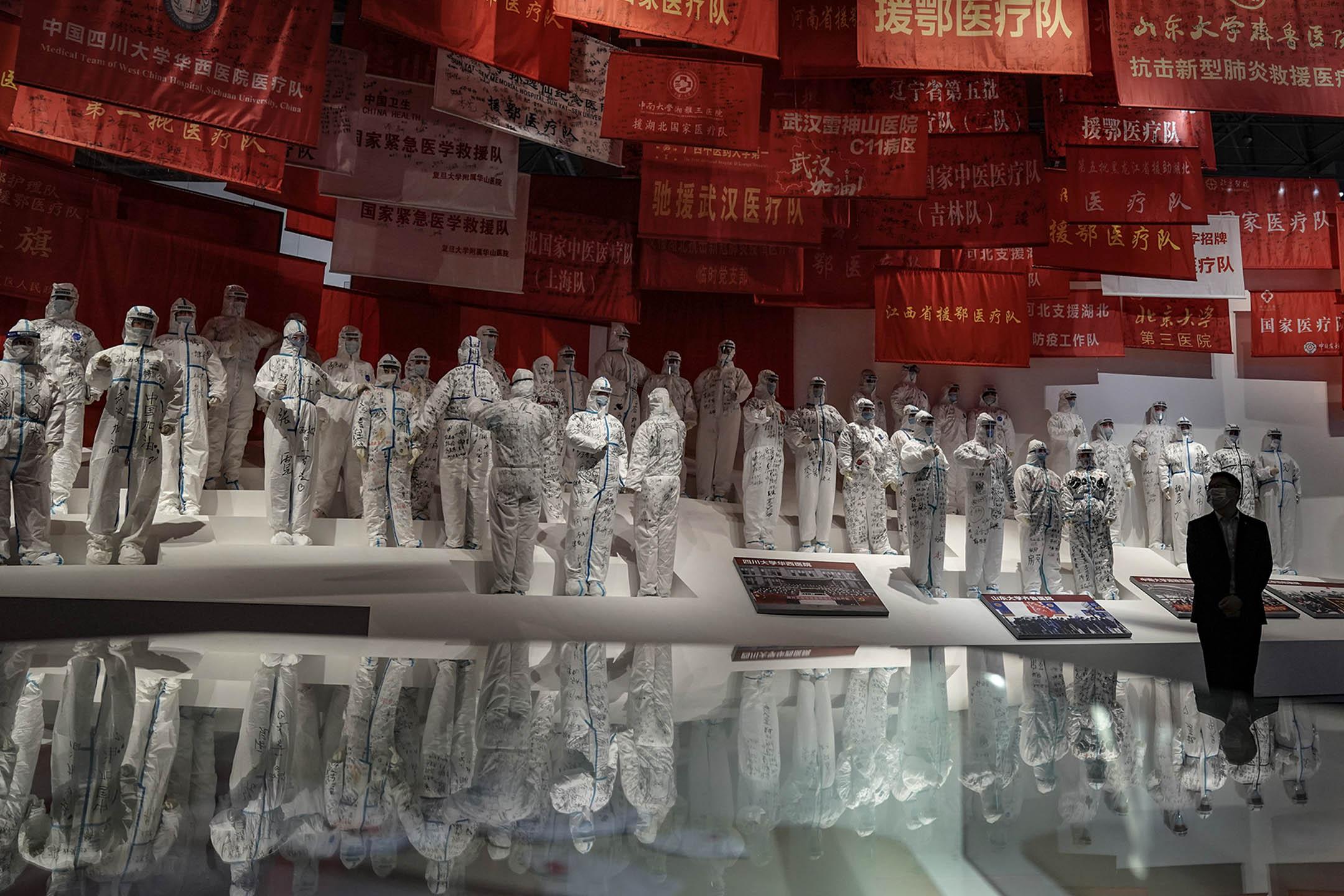 2020年10月15日武漢,一位遊客在武漢市文化博覽中心參觀中國對抗2019冠狀病毒的展覽。