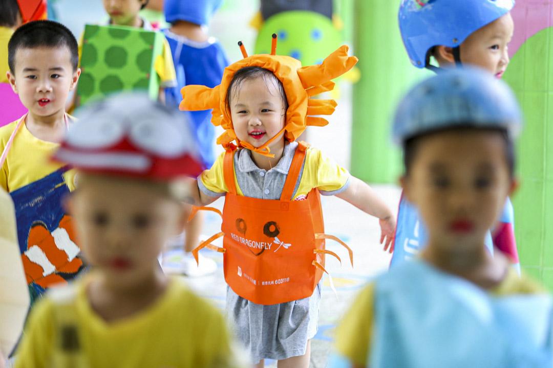 2020年6月8日,海南省海口市的幼兒園,身穿海洋動物造型服裝的孩子參加舉行時裝秀。