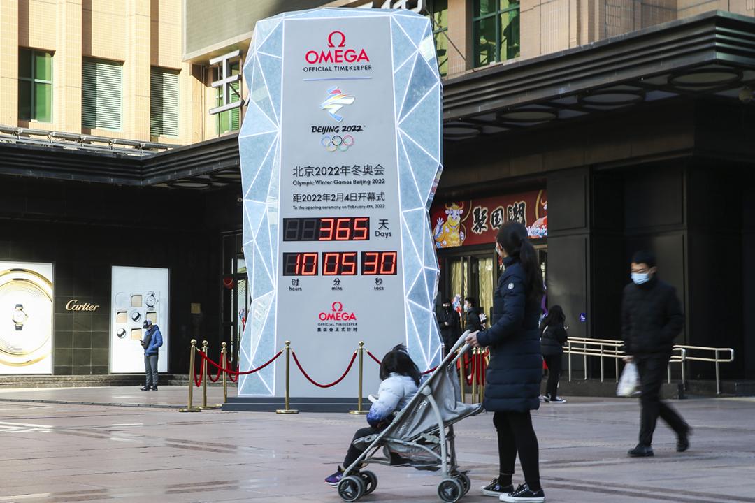 2021年2月4日在中國北京,一個電子顯示牌顯示距離2022年北京冬季奧運會揭幕尚餘365天。 圖片來源:VCG via Getty Images