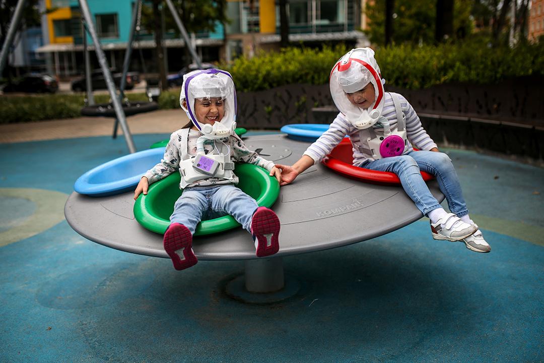 2020年10月12日波哥大,兒童戴著類似於宇航員頭盔的面罩。