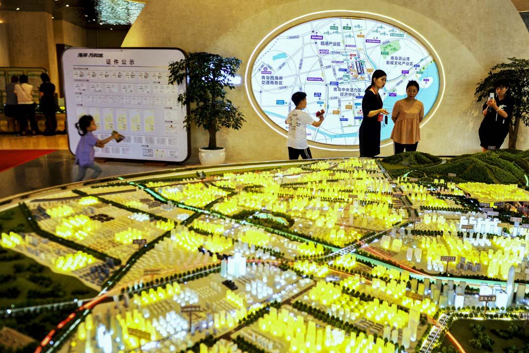 2020年7月19日,山東青島市一家房地產銷售大廳,銷售員向顧客推銷樓盤。
