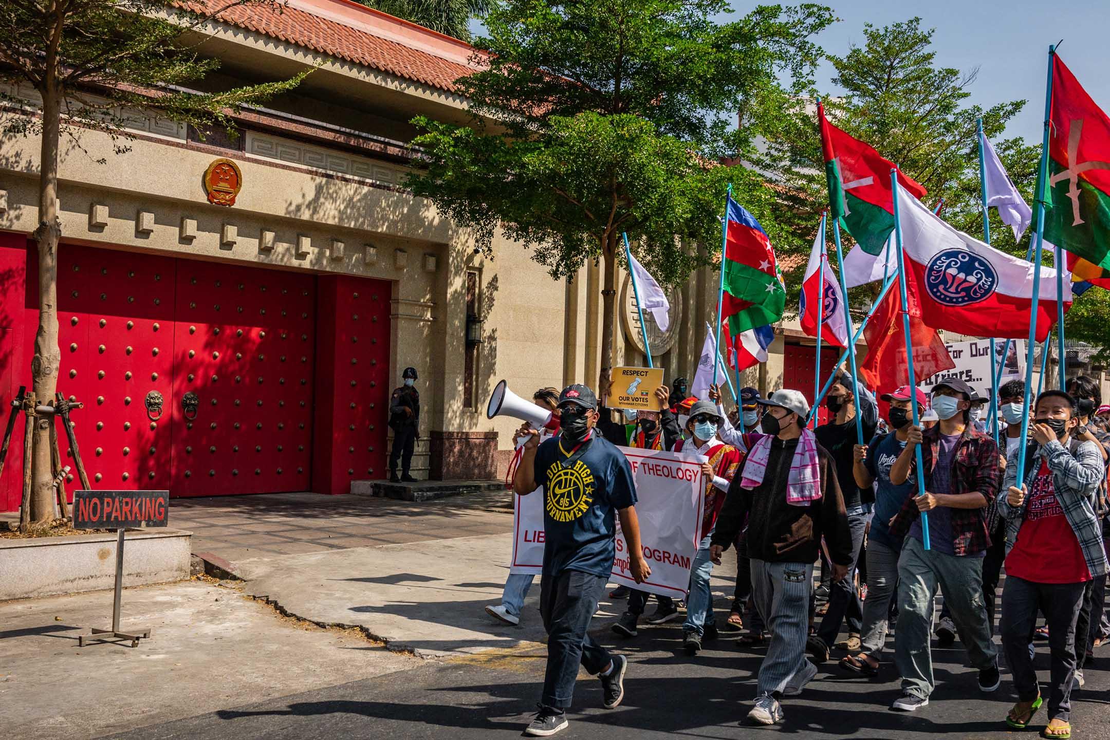 2021年2月12日緬甸仰光,示威者在中國大使館喊口號並舉起三指。