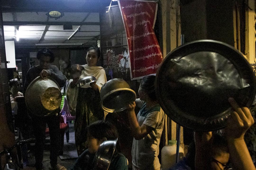 2021年2月3日,緬甸仰光等多個城市的市民通過燭火、敲擊金屬器皿等方式抗議軍方政變。