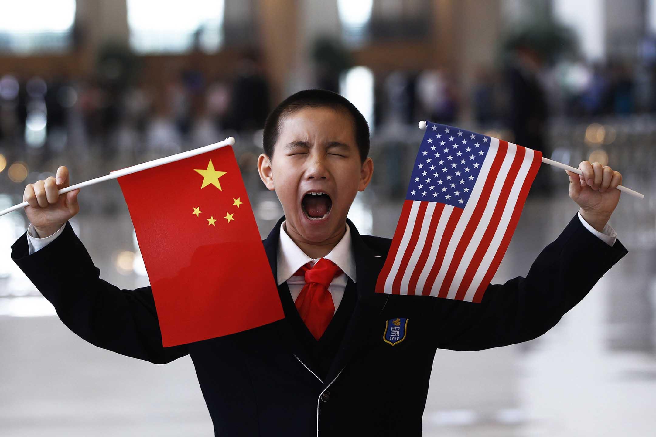 2012年5月4日北京,一個等待與美國國務卿希拉莉·克林頓見面的男孩。