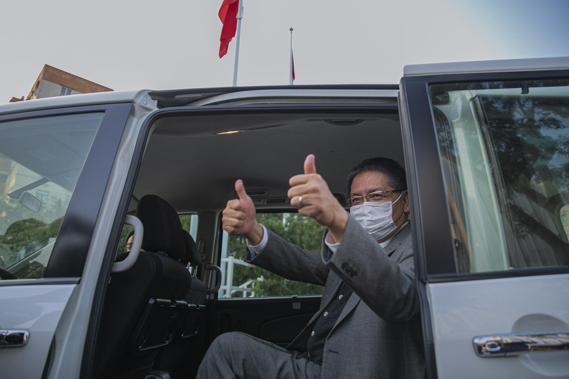 2021年2月19日香港電台,廣播處長梁家榮步出香港電台登車離開。 攝:陳焯煇/端傳媒