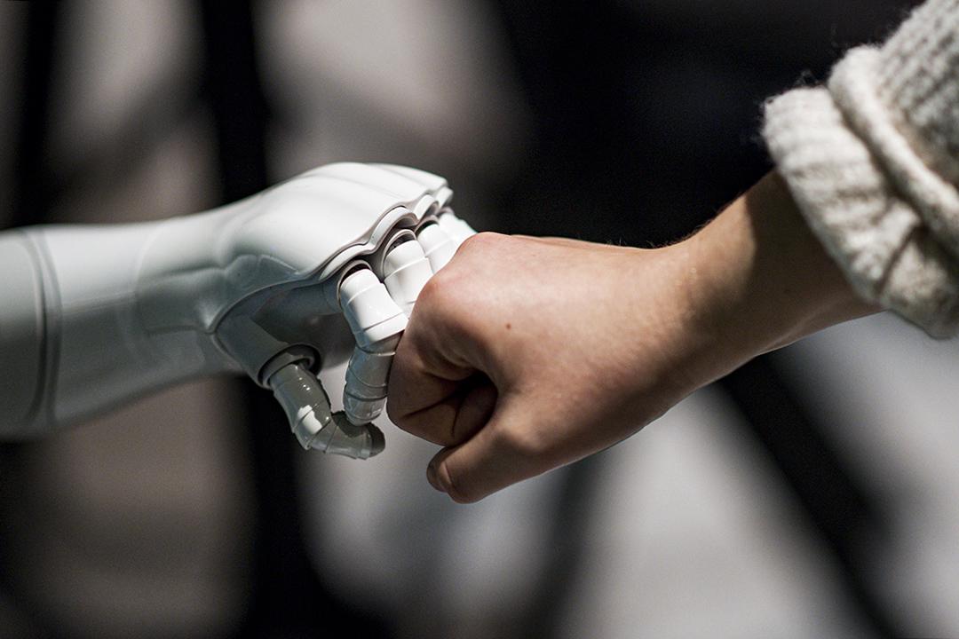 2019年11月21日德國漢堡,一個機器人與一個女人互動。 攝:Axel Heimken/picture alliance via Getty Images
