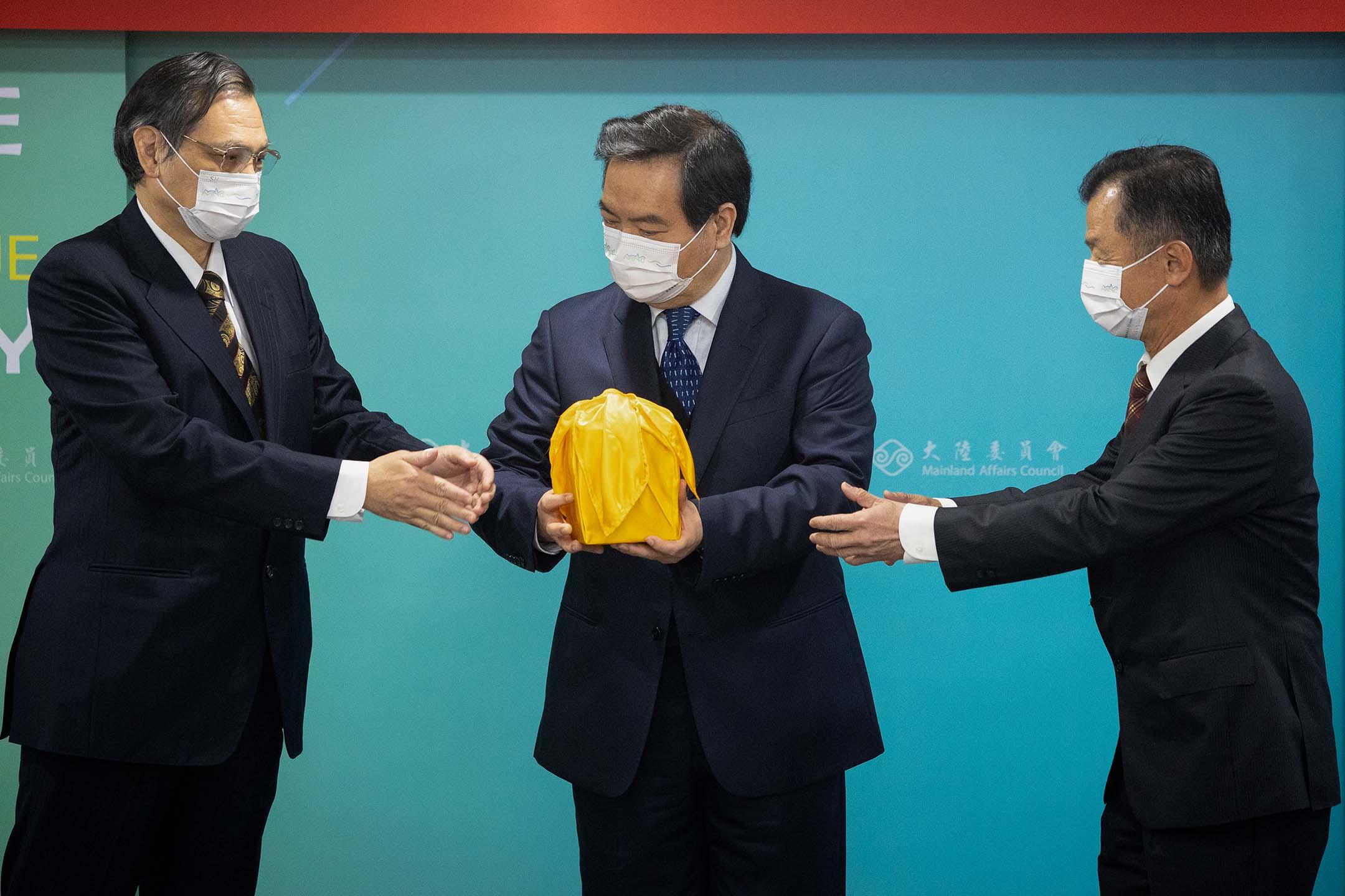 2021年2月23日台北,陸委會舉行主任委員交接典禮,左起陳明通、羅秉成及邱太三。