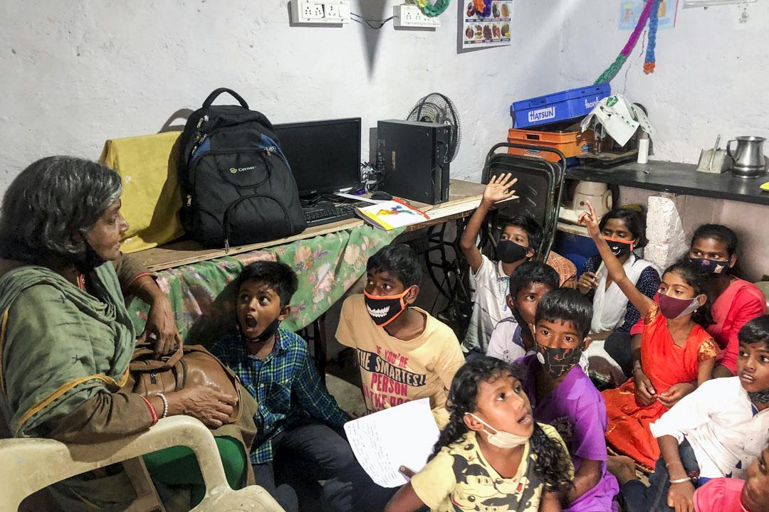 吉塔和貧困窟的孩子在一起,他們大多是家政工、清潔工的孩子。
