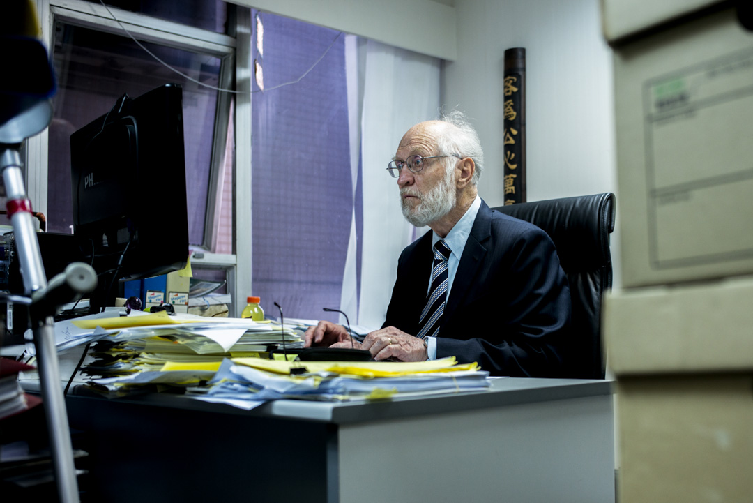 關尚義在律師樓中工作,他的辦公室事一個小小的格子間,約四十多平方呎,各種文件從地面堆到天花板。