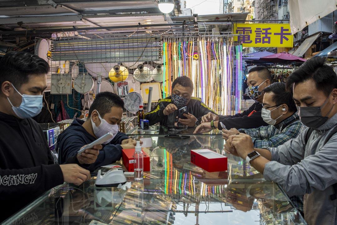 2021年2月1日深水埗,人們在排檔𥚃看手機。