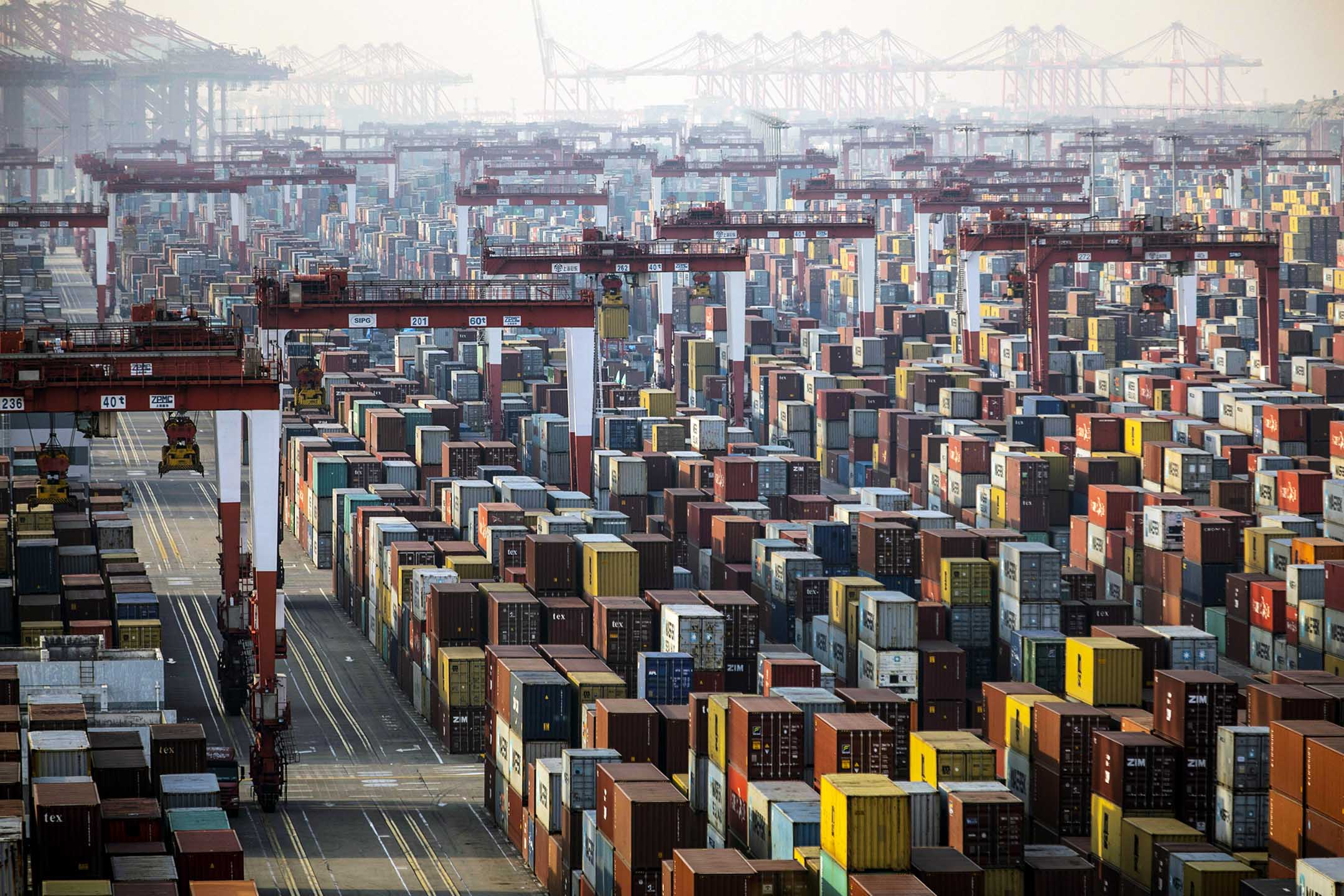 2021年1月11日中國上海,洋山深水港的貨櫃。