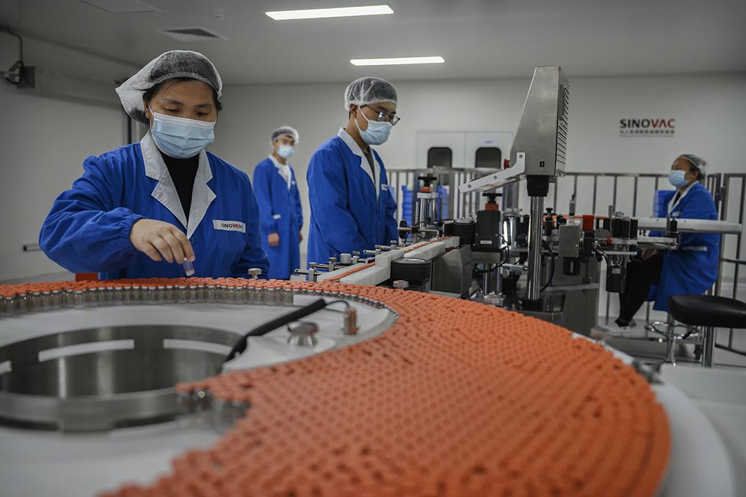 2020年9月24日中國北京,一名工人在科興疫苗的生產線上工作。