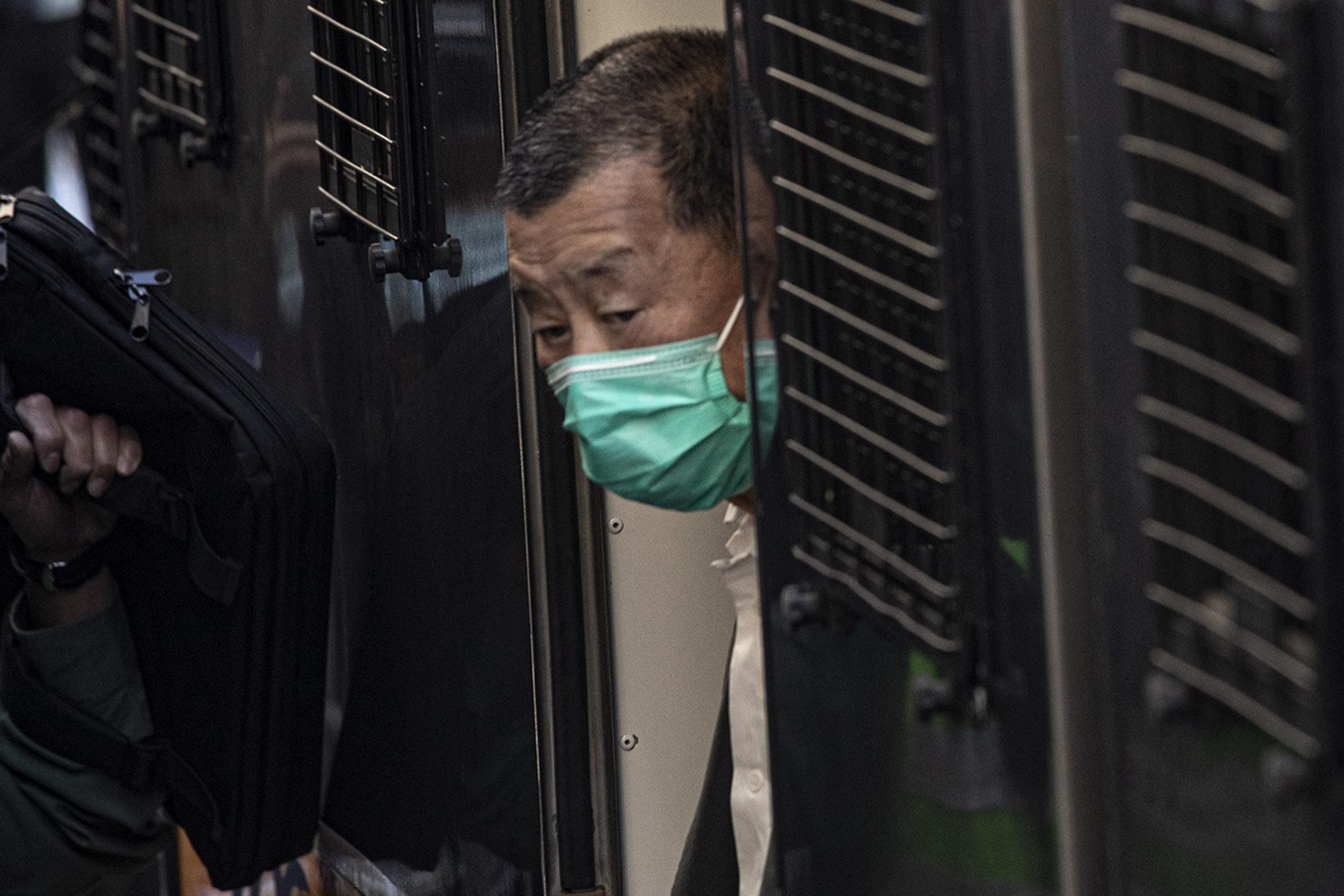 2021年2月1日香港,終院五位法官聽罷雙方理據及陳詞後,決定押後裁決,期間黎智英需要繼續還押,圖為黎智英早上由囚車步向法院的一刻。 攝:陳焯煇/端傳媒