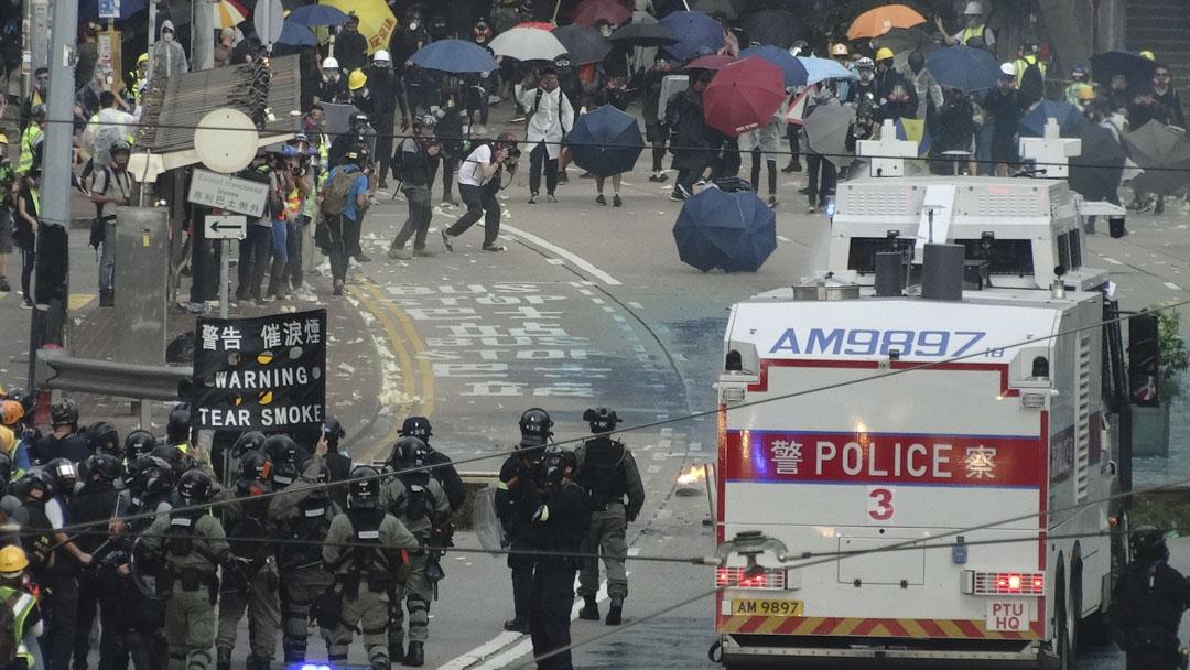 《哀悼》Mourned,香港人為民主的衰落而哀悼,外傭則為自己祖國被恐怖份子殺害的人哀悼。