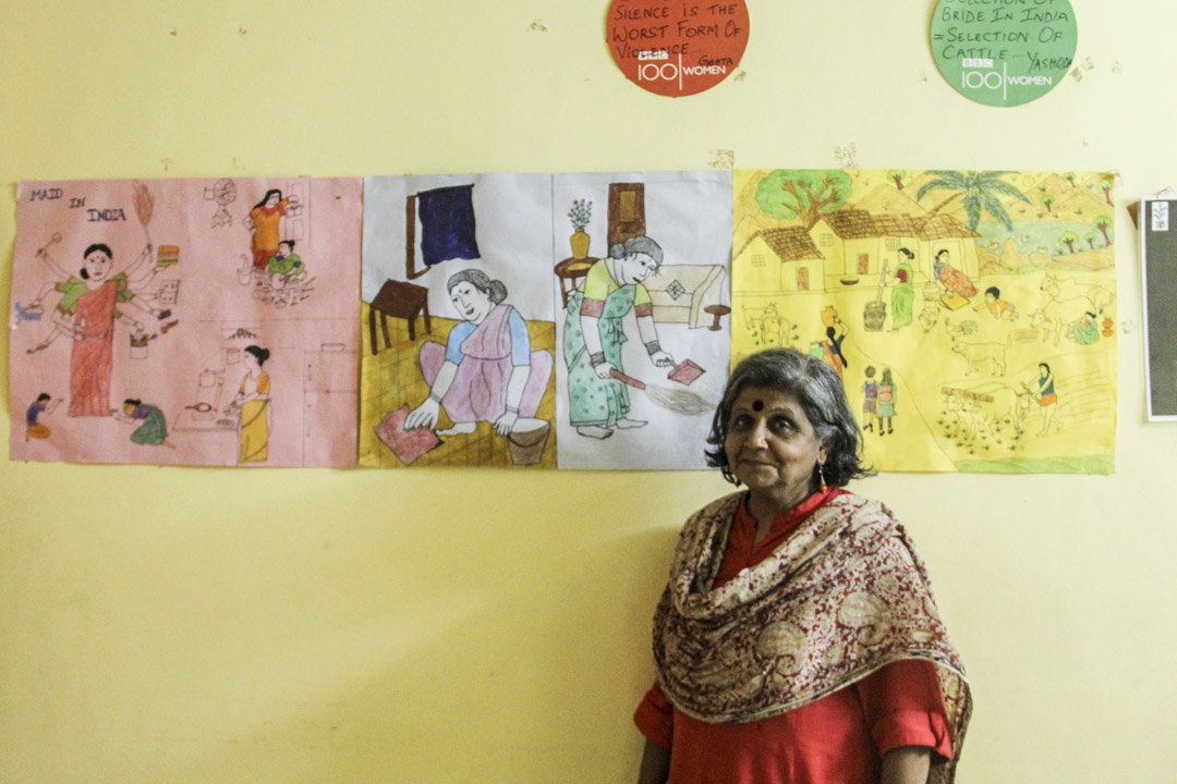 吉塔在SJS辦公室,背景是女工的畫作。
