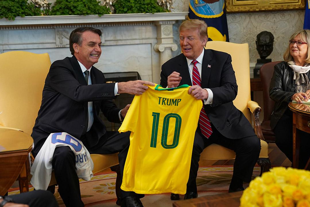 2019年3月19日華盛頓,巴西總統博索納羅在華盛頓向美國總統特朗普贈送巴西國家足球隊10號球衣。